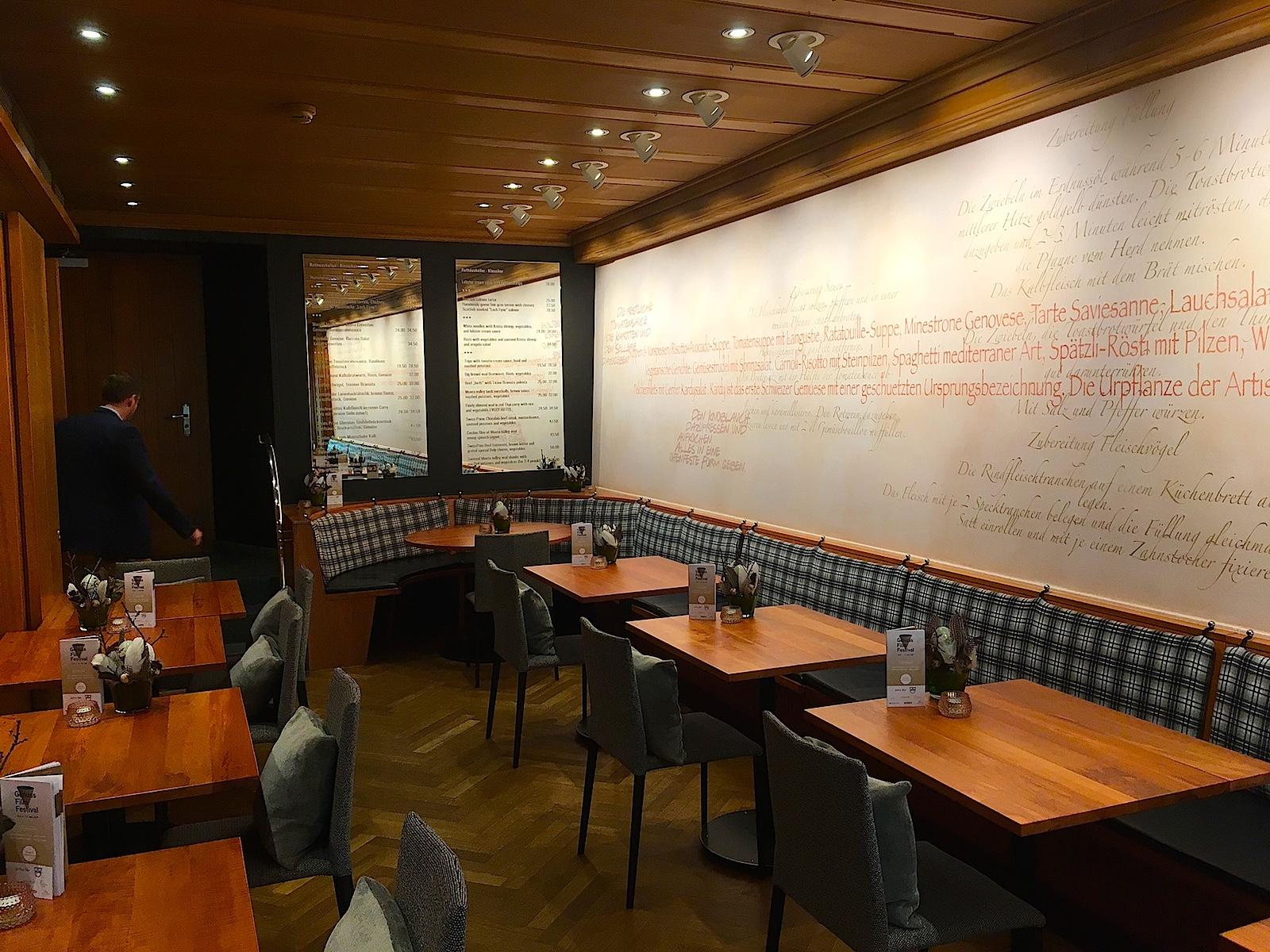 Das Bistro im Erdgeschoss. Die Gerichte sind auf dem Spiegel im Hintergrund angeschrieben.