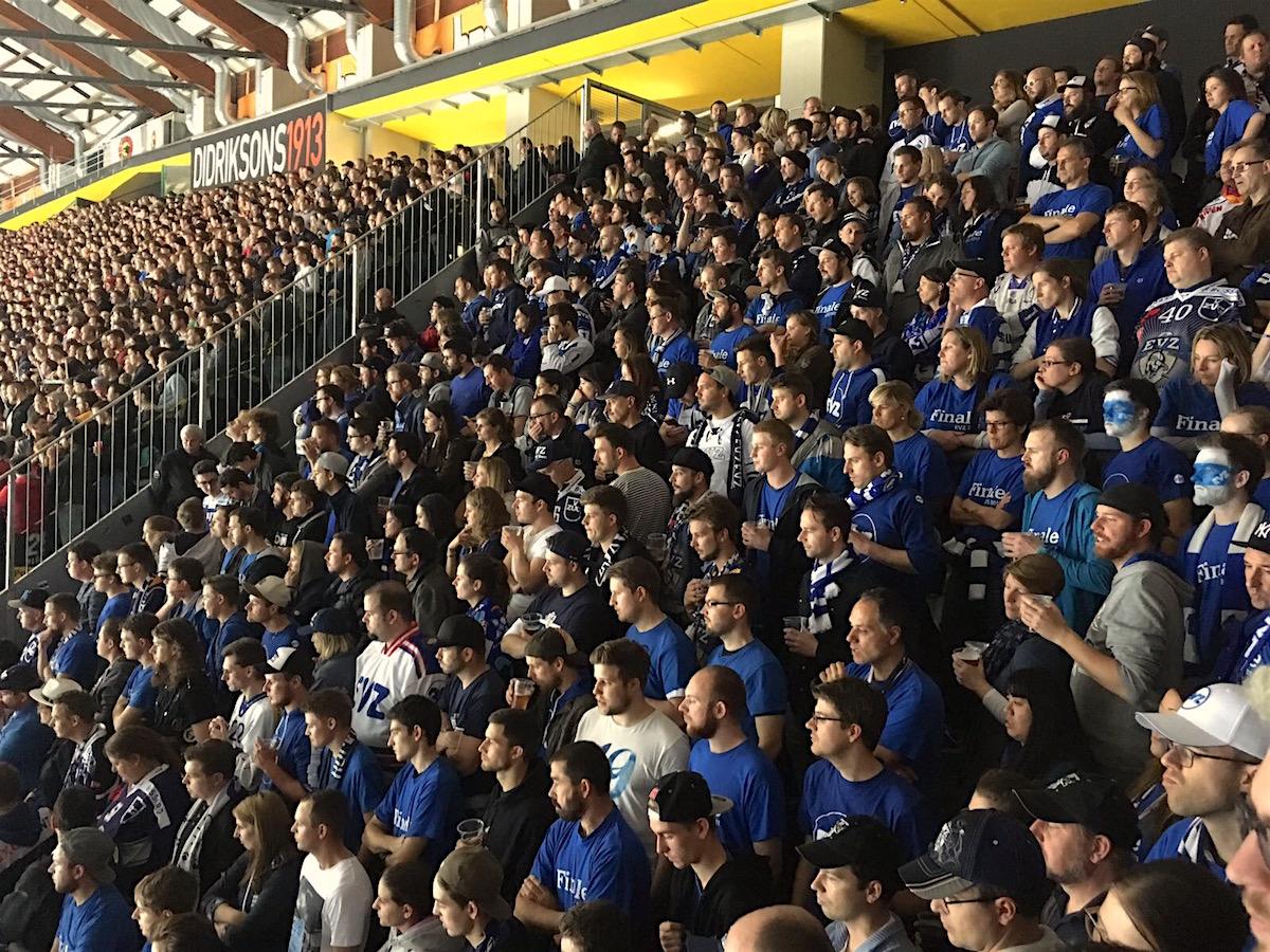 Hatten am Samstag in Bern wenig zu feiern: Die EVZ-Fans in der Postfinance Arena.