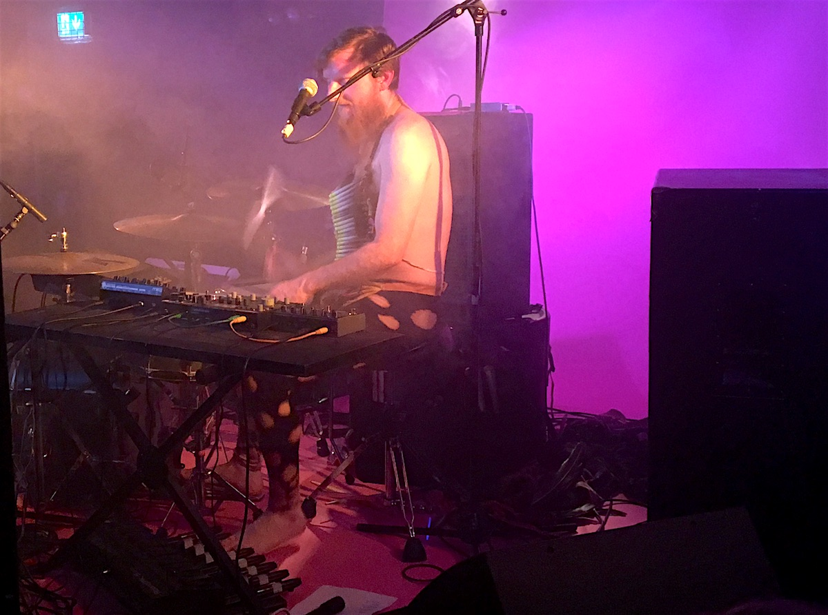 Roland Bucher am Schlagzeug.