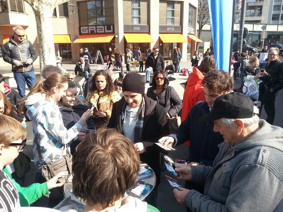 Autogrammstunde: EVZ-Fans und ihre Hockeylieblinge mitten in Zug.