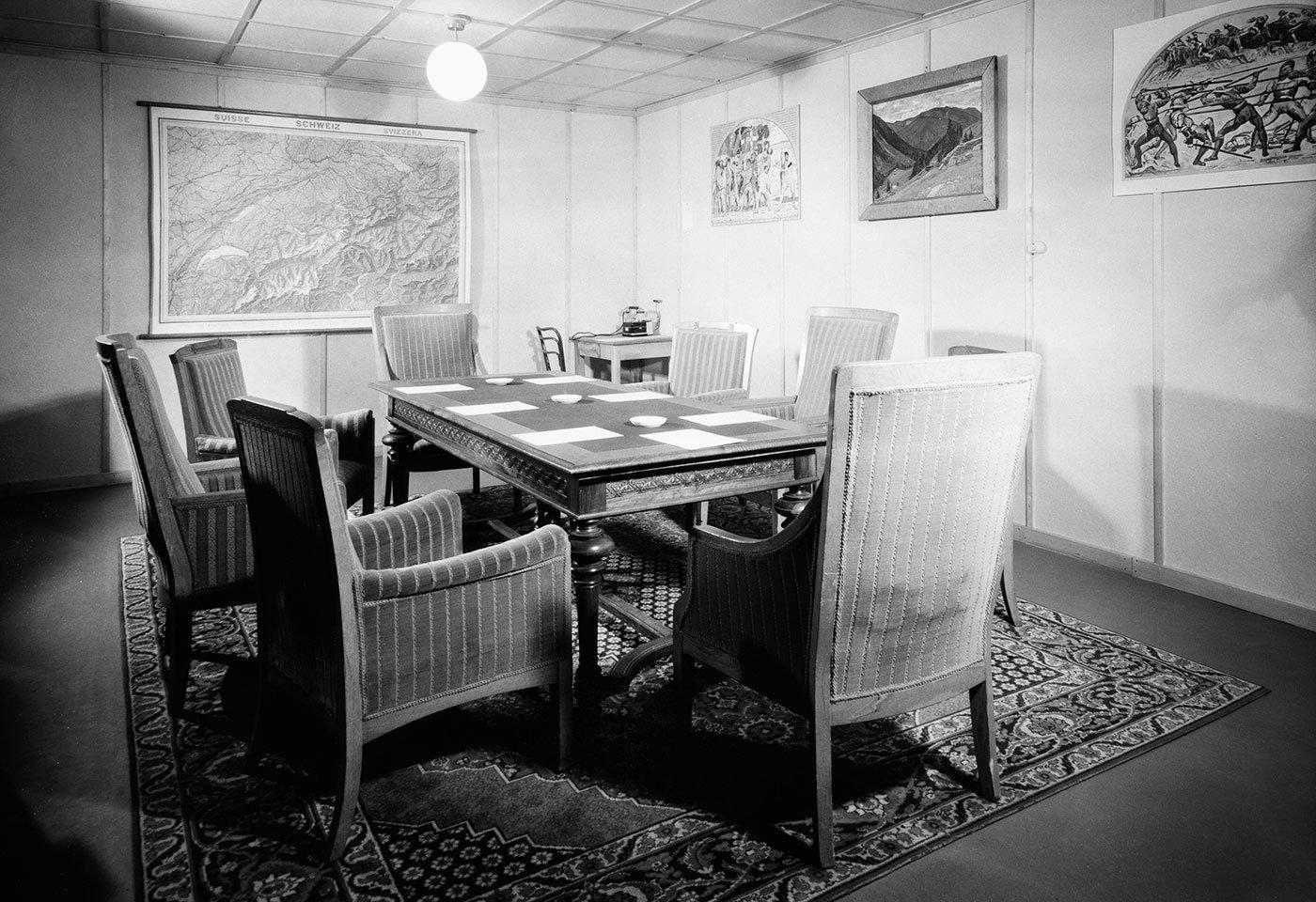 Das Sitzungszimmer für die sieben Bundesräte und den Kanzler im Bunker bei Amsteg.