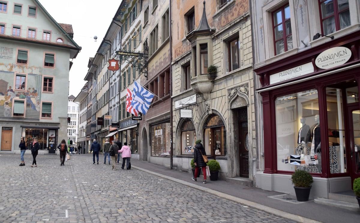 Historische Häuser zieren den Luzerner Weinmarkt.
