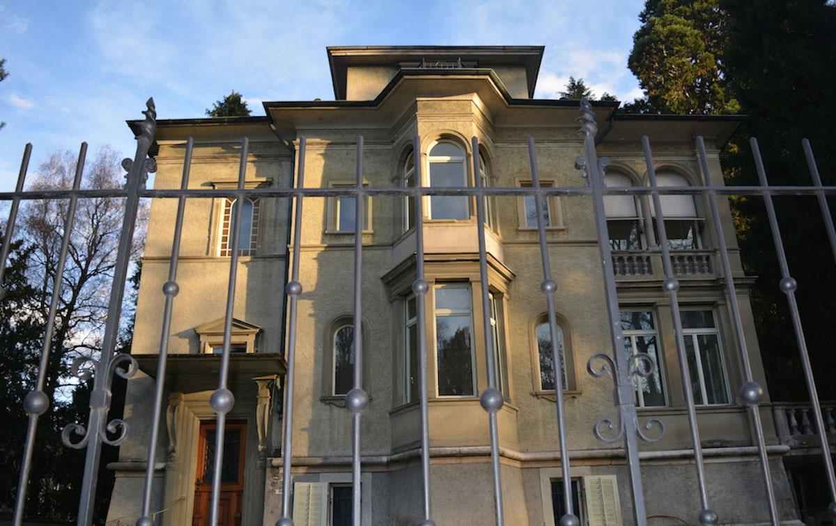 So sah die Villa an der Obergrundstrasse aus, bevor sie besetzt wurde und bevor Gerüste aufgestellt wurden.
