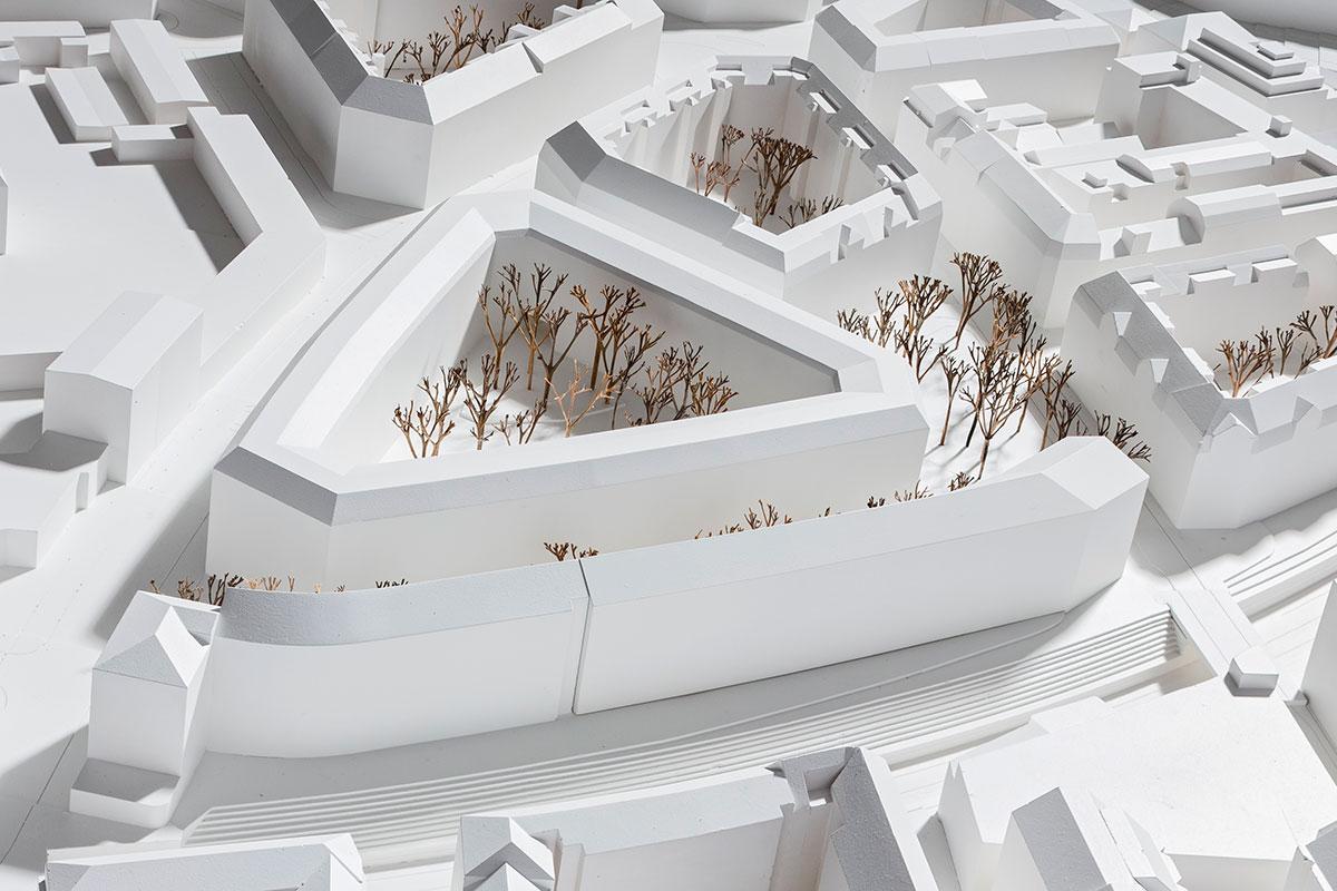 … und dieses Dreieck ist stattdessen geplant. Links verläuft die Bundesstrasse, rechts neben dem Neubau das Bleichergärtli. (Bild: zvg/Stefano Schröter)