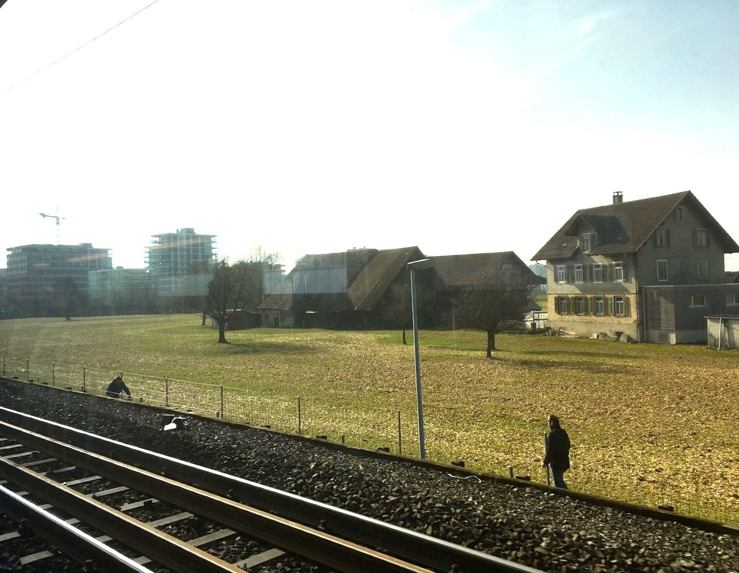 Diese Aussicht an der Bahnstrecke zwischen Baar und Zug dürfte nicht so schnell ändern. Der Bauernhof Stocker im Gebiet Unterfeld-Schleife.