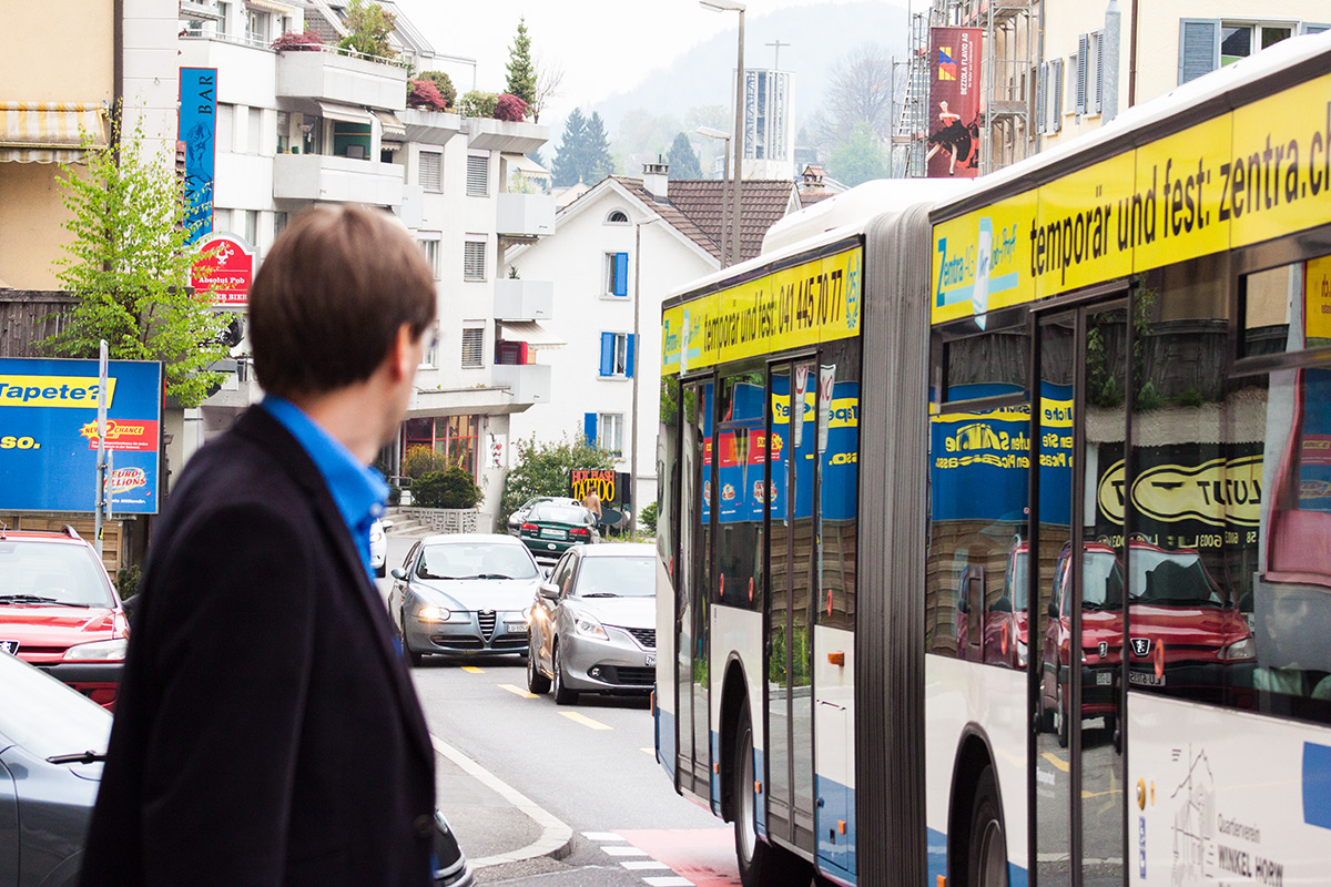 Immer wieder versuchen Fahrzeuge aus der zweiten oder dritten Reihe, den stehenden Bus auf der schmalen Strasse in Richtung Littau zu überholen.