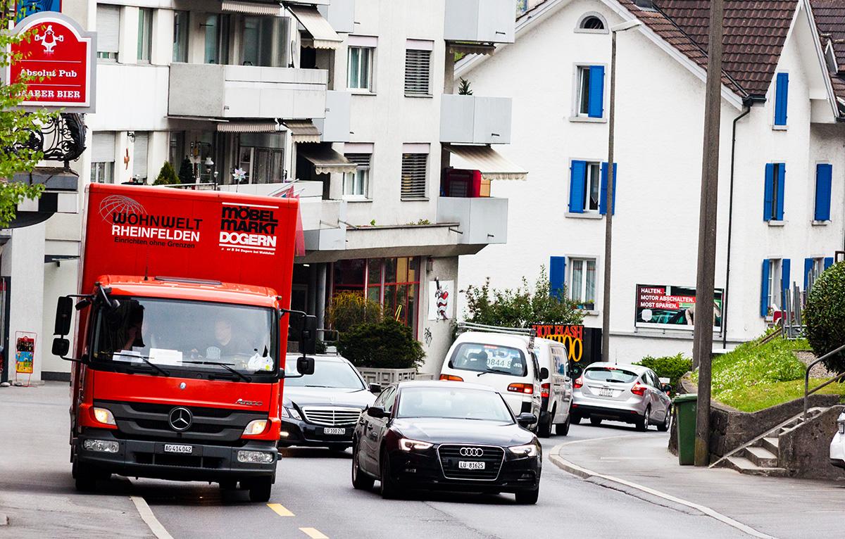 Wenn Lieferwagen oder andere Fahrzeuge die Strasse teilweise blockieren, wird es sehr eng.