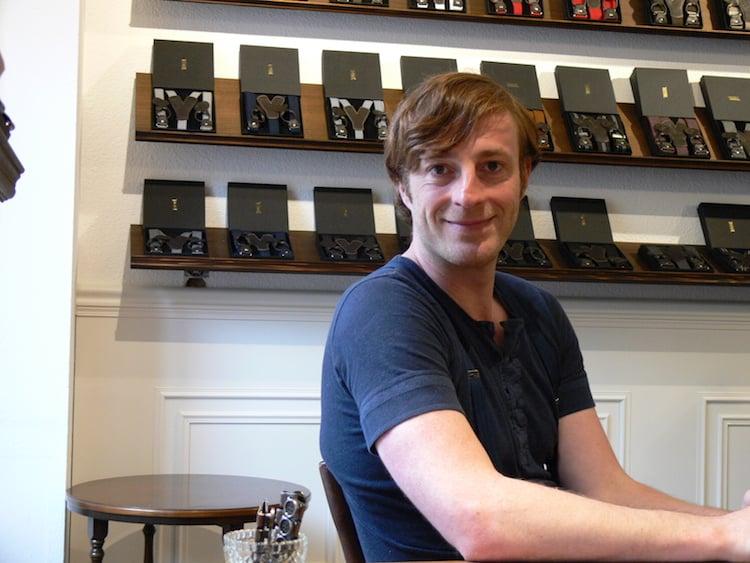 Treger-Mitgründer Markus Elmiger. Im Hintergrund eine Auswahl an Hosenträgern.