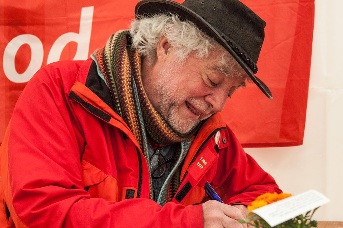 Rolf Spörri nutzt die Veranstaltung für die Unterschriftensammlung.