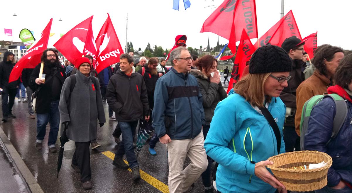 Die Kundgebung beginnt mit dem Marsch über die Seebrücke.