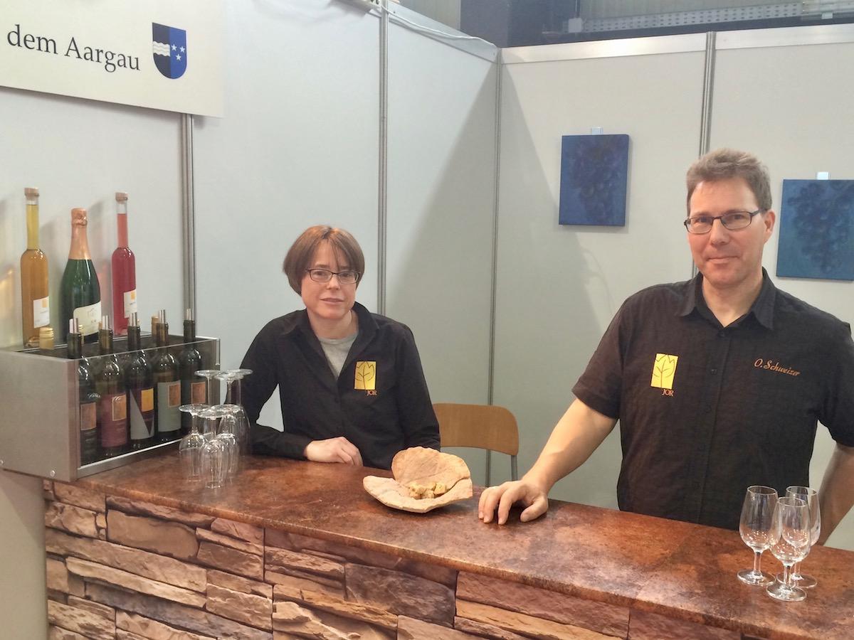 Auch Susanne Scherer und Oliver Schweizer (von links) sind mit Weinen aus dem Aargau («Jor Weine») an der Luga.