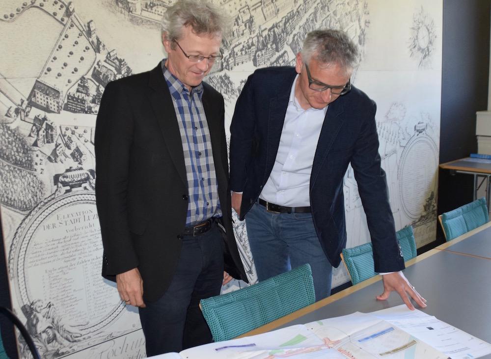 Adrian Borgula (links) studiert mit Daniel Meier, Leiter Tiefbauamt, die Pläne für die Cheerstrasse.