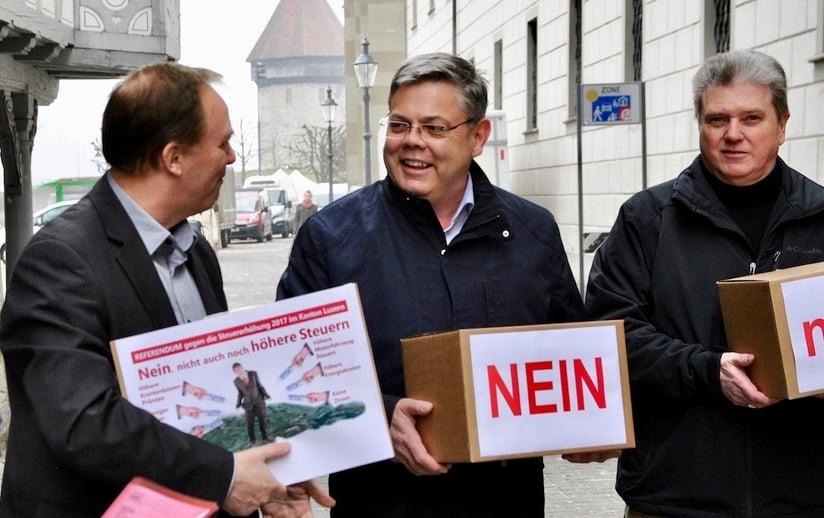 Die SVP bei der Unterschrifteneinreichung. Von links: Sekretär Richard Koller, Präsident Franz Grüter und Fraktionschef Guido Müller.