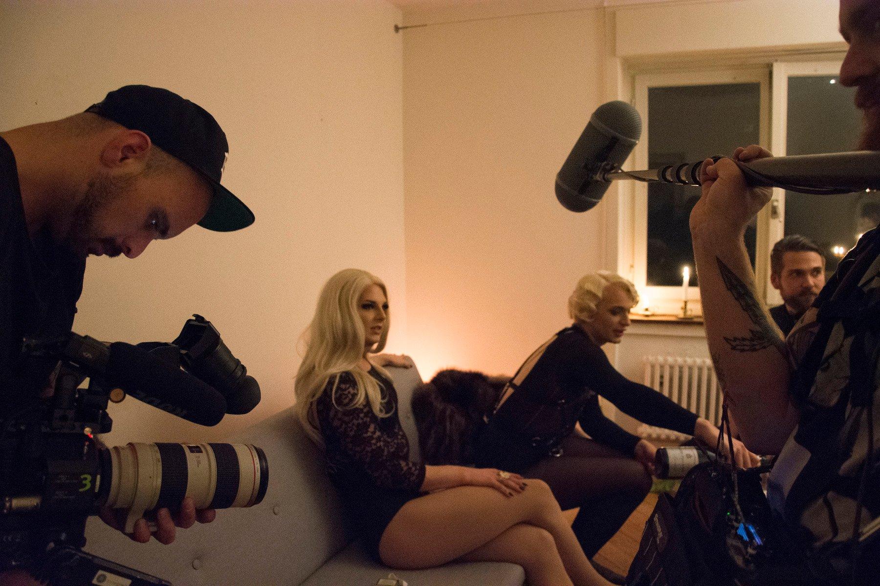 Vicky und eine Berufskollegin kennen den Medienrummel bestens. Hier wurden sie für eine Serie eines Fernsehsenders interviewt.