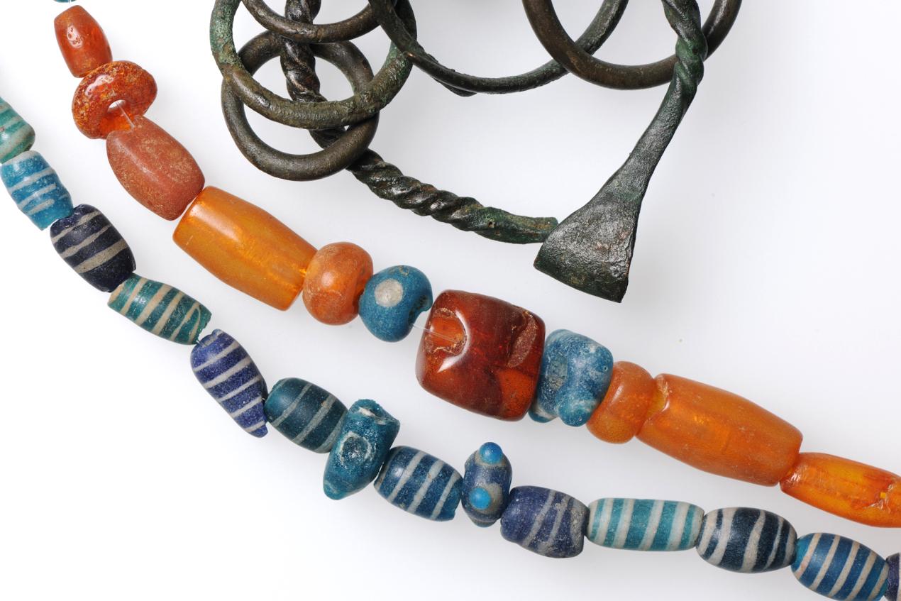 Ein Blick ins Schmuckkästchen der Bronzezeit: Schmuck aus Glas, Bernstein und Bronze. UNESCO Welterbestätte Zug-Sumpf, 850 v. Chr.