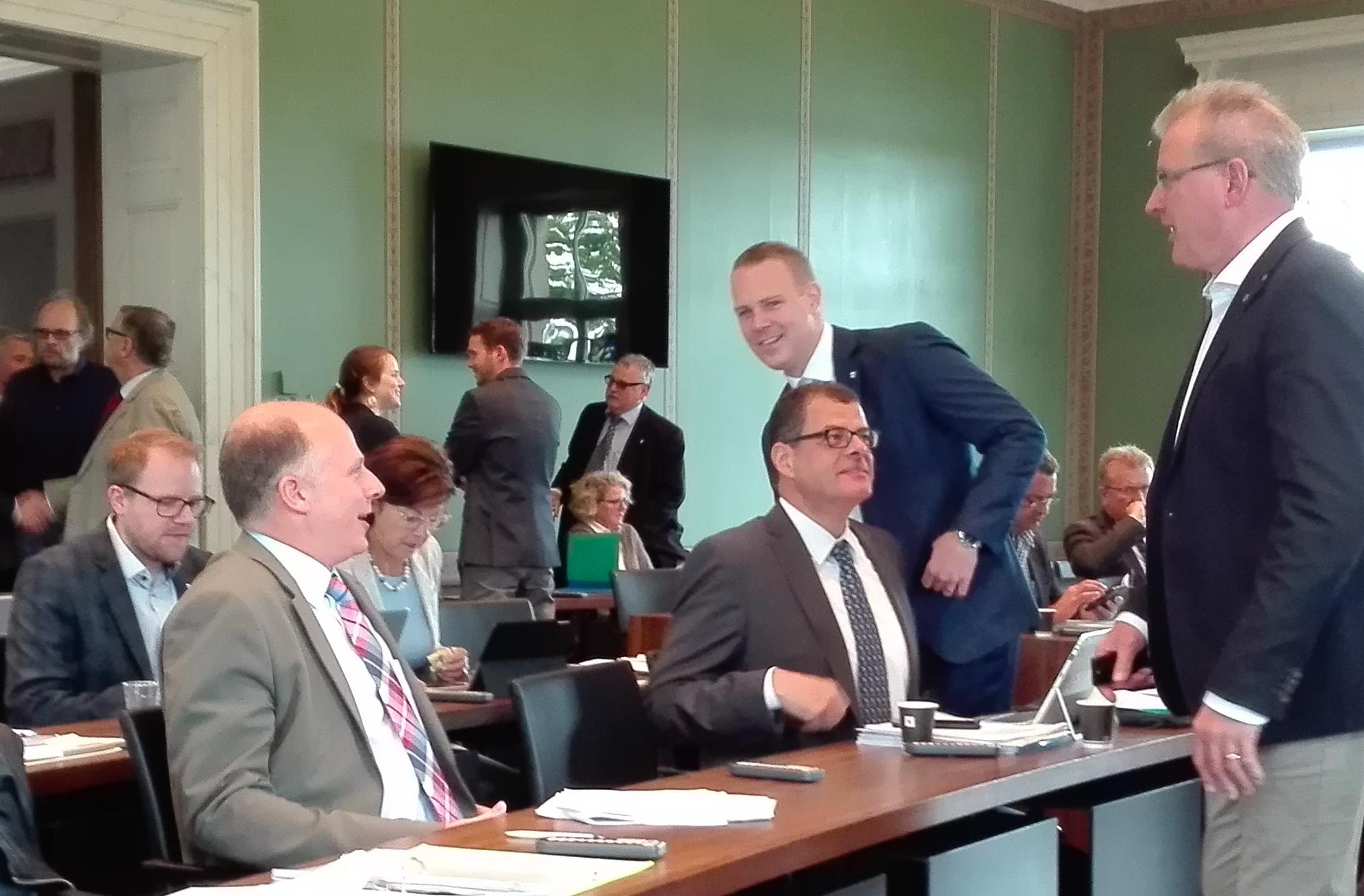 Pausengespräch: Peter Letter (FDP, sitzend links) und Beat Unternährer (FDP) plaudern mit Finanzdirektor Heinz Tännler (SVP). Marcel Peter (FDP, stehend) guckt in die Kamera.
