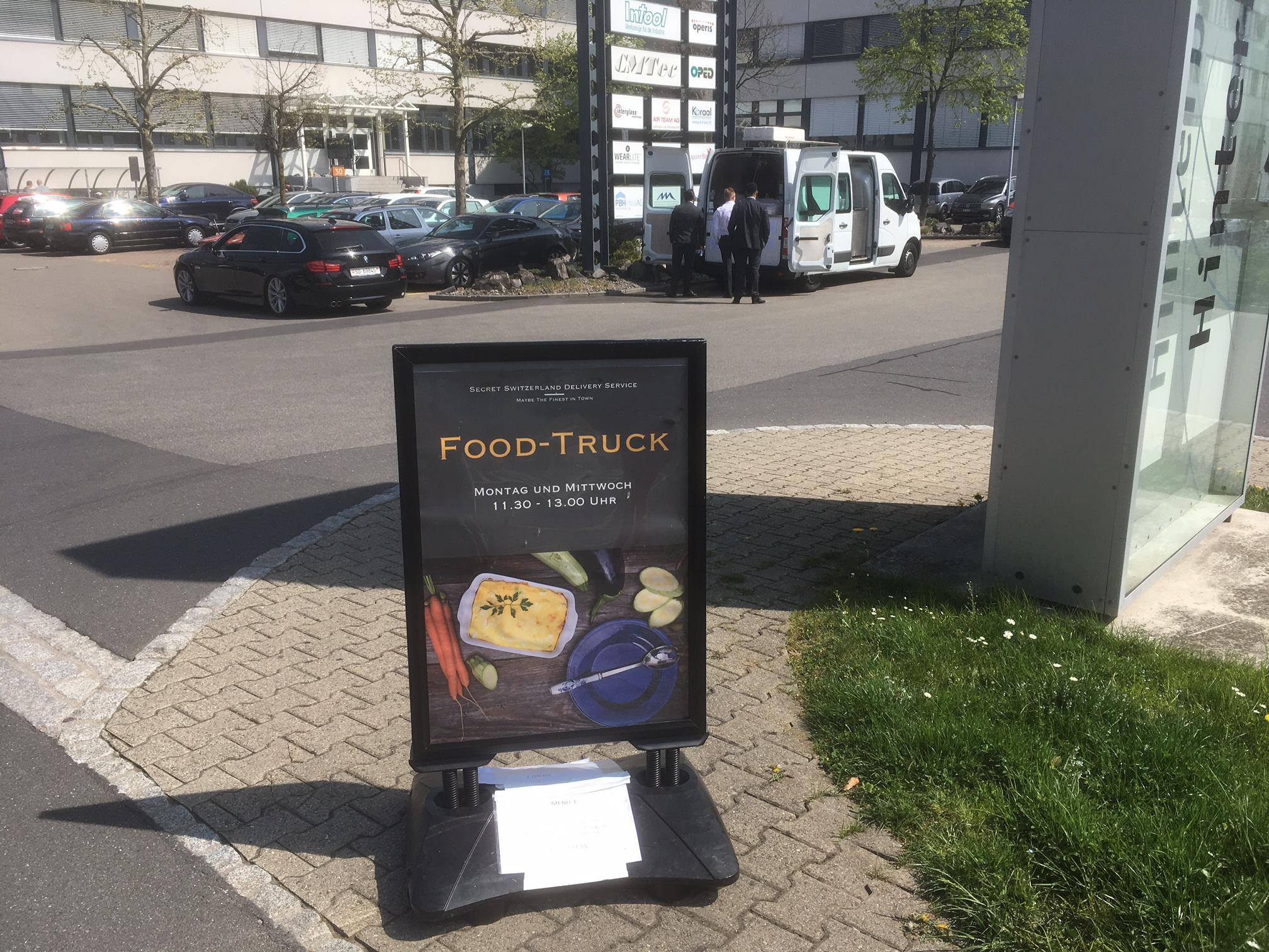 Cleveres Marketing: Am jeweiligen Wochentag macht ein Schild an der Strasse darauf aufmerksam, dass der Foodtruck da ist.