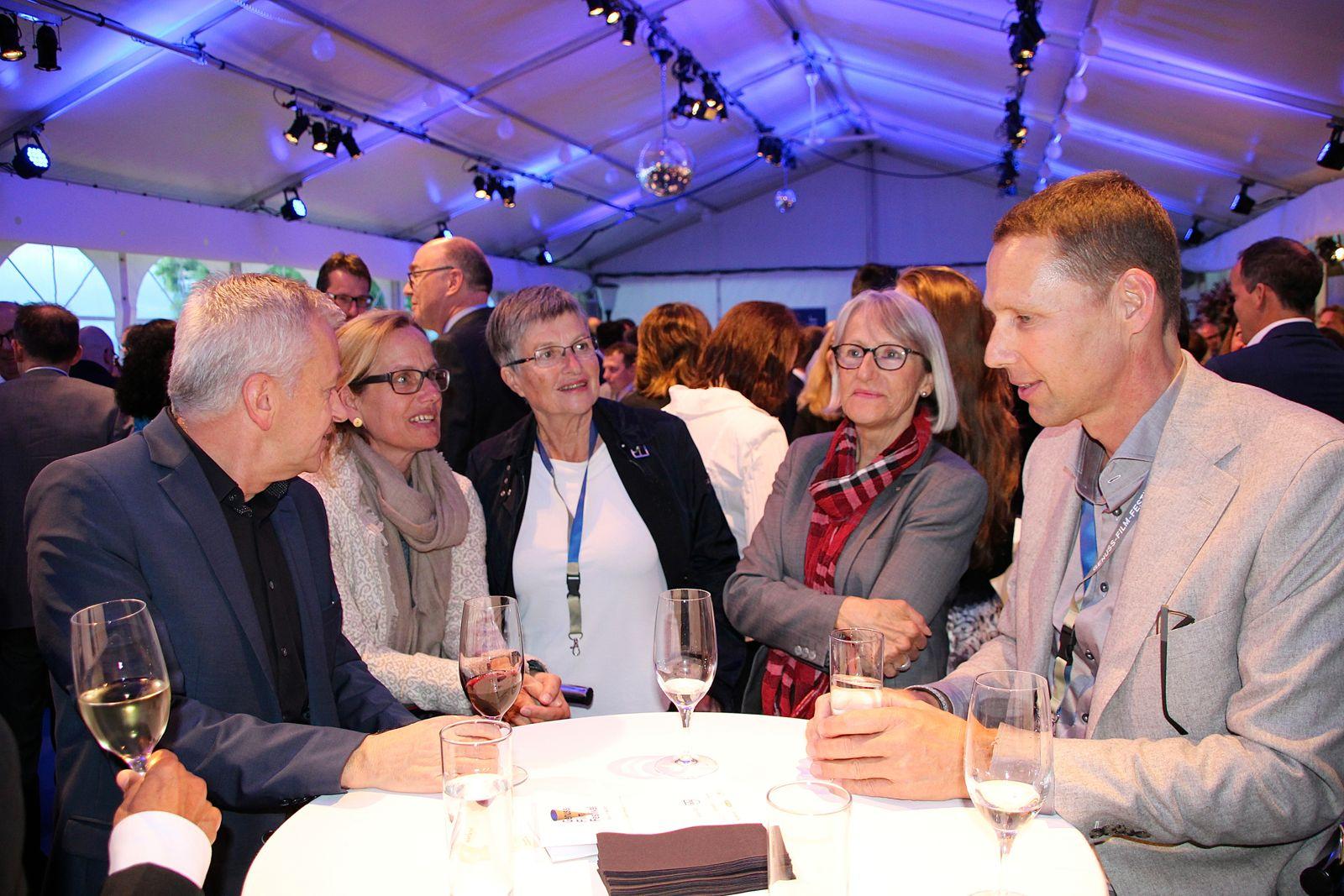 Johannes Stöckli, Präsident der Theater- und Musikgesellschaft Zug (rechts), links von ihm die ehemalige Obergerichtspräsidentin Iris Studer mit weiteren Besuchern.