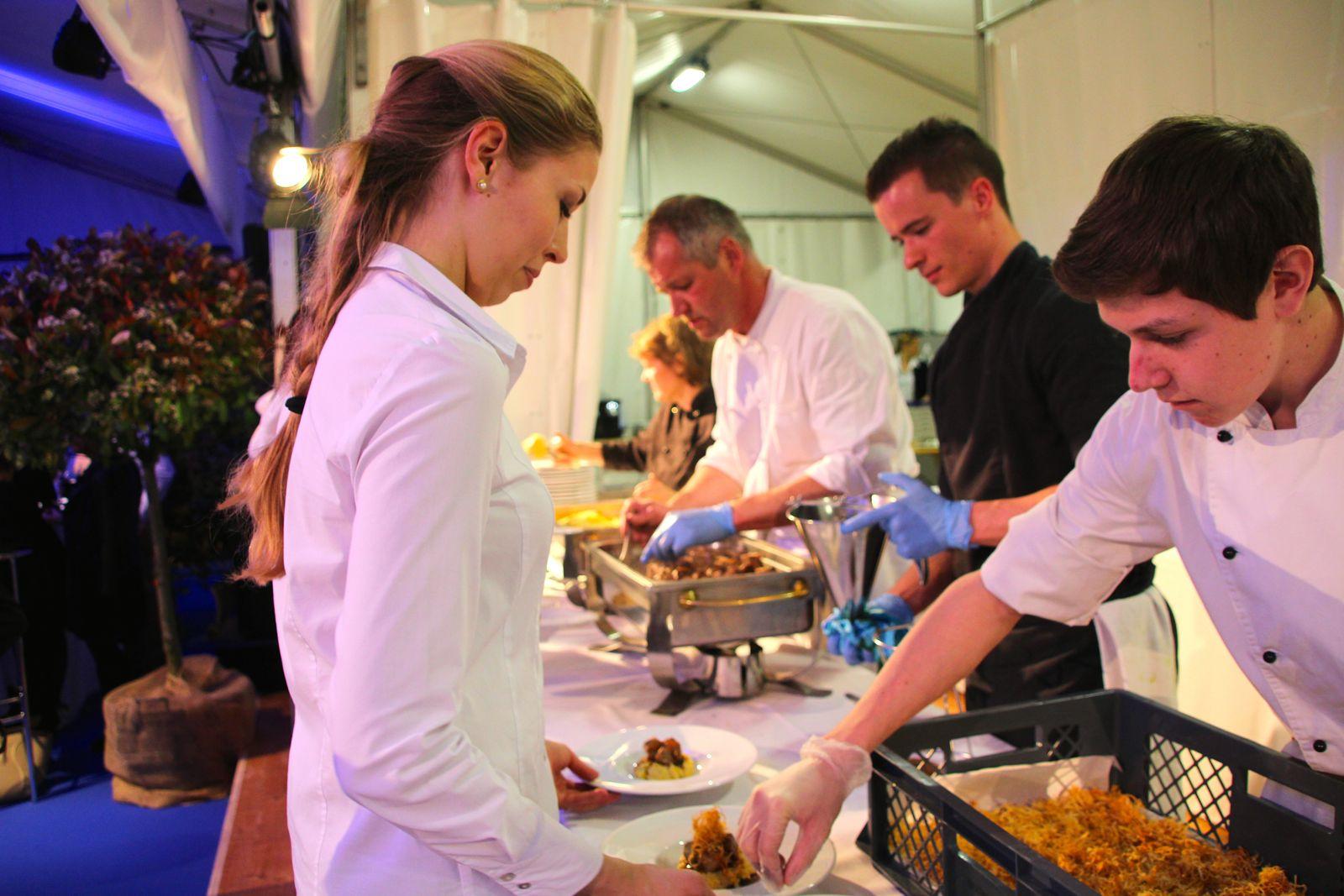 Daniel Kühne (im Hintergrund) und seine Kochbrigade richten das Menü an.