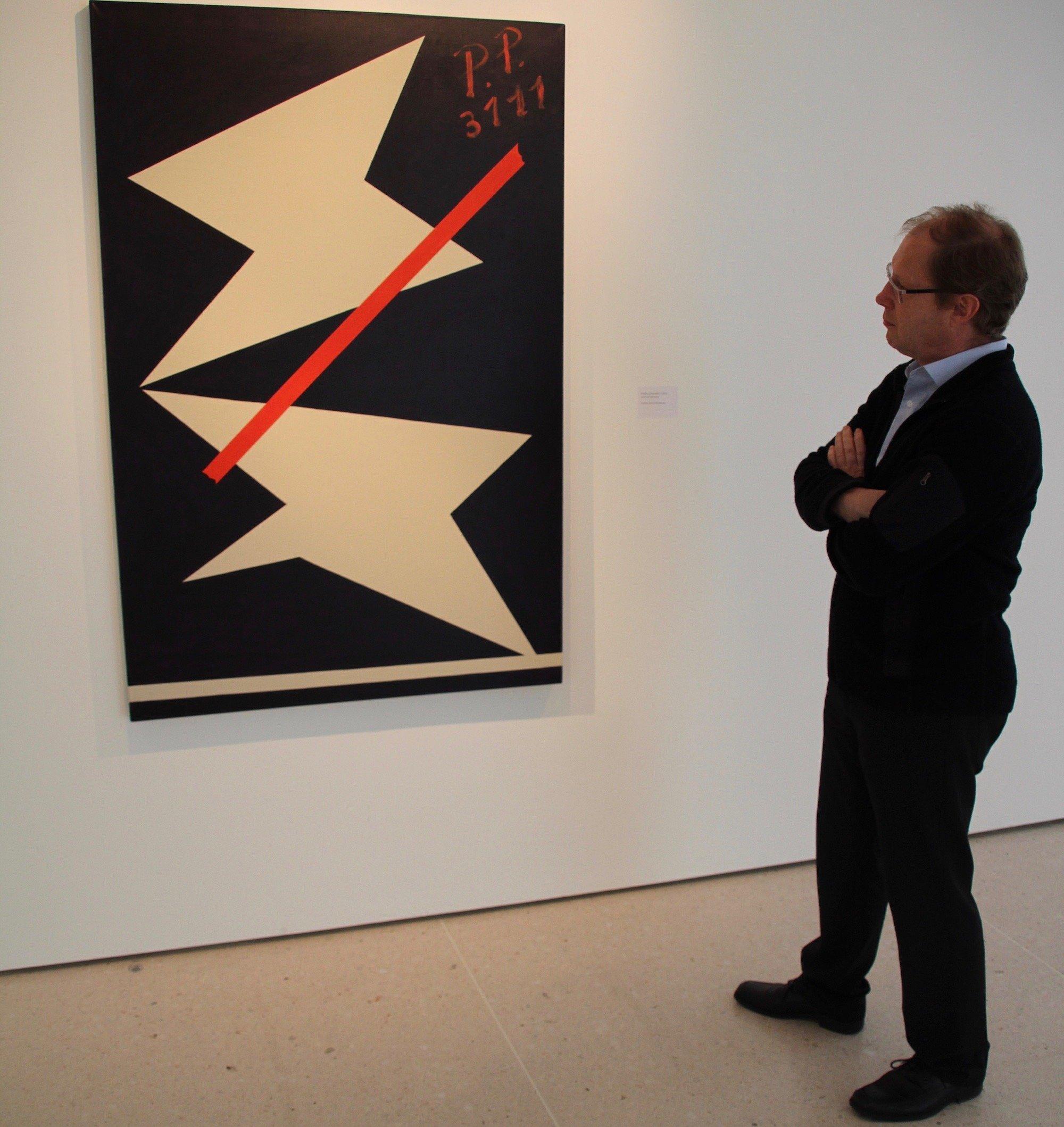 Matthias Haldemann vor dem abstrakten Bild: «Purple Composition».