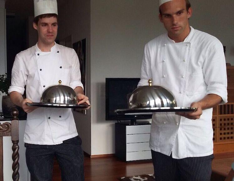 Andrin Renz (links) und sein Kollege Gabriel Eigenmann aus der Koch-Lehrzeit, der ihm in der Anfangszeit bei der Arbeit half.