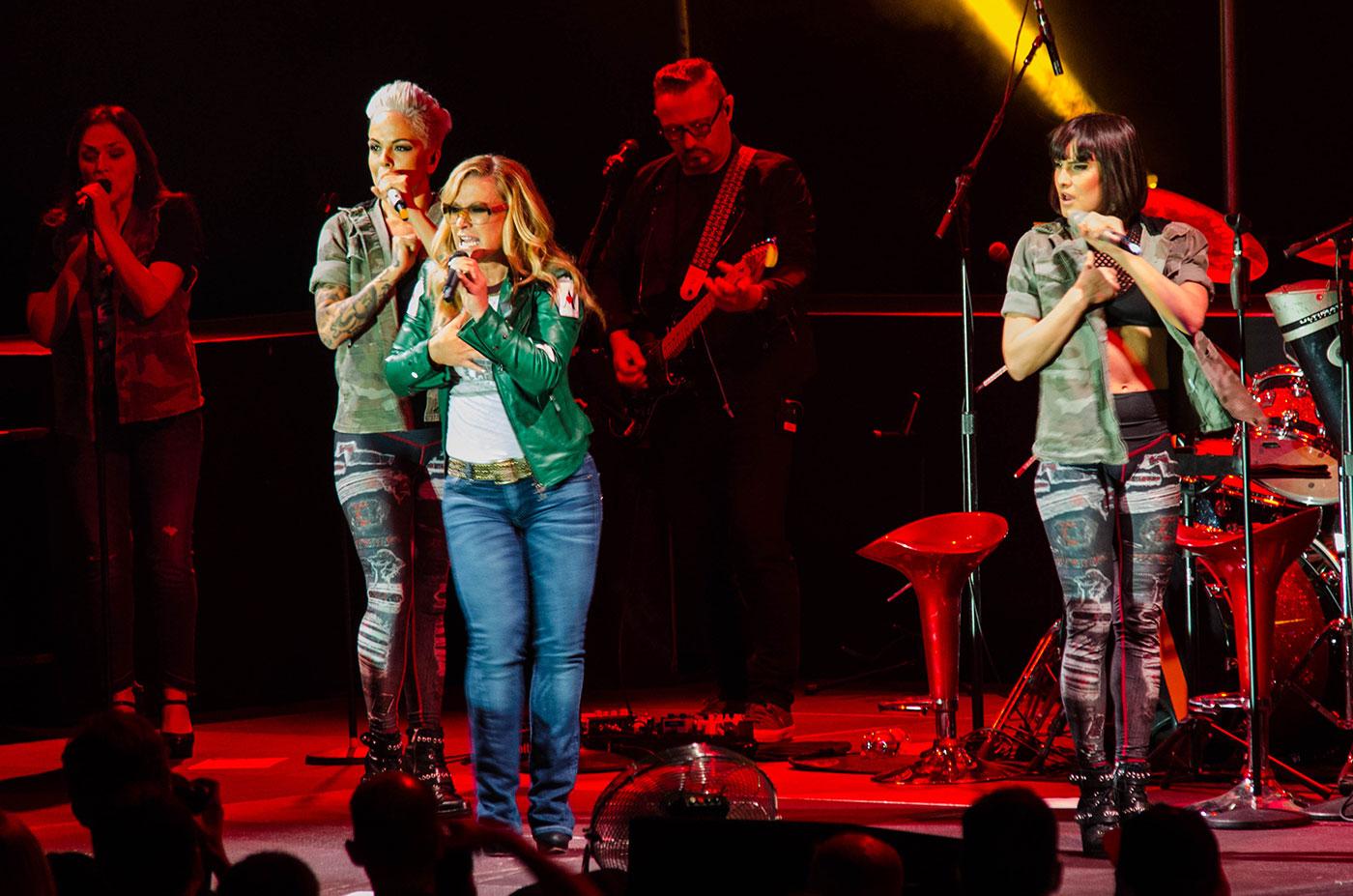 Die Band kann sich sehen und hören lassen – Sängerin Anastacia auf der Bühne.