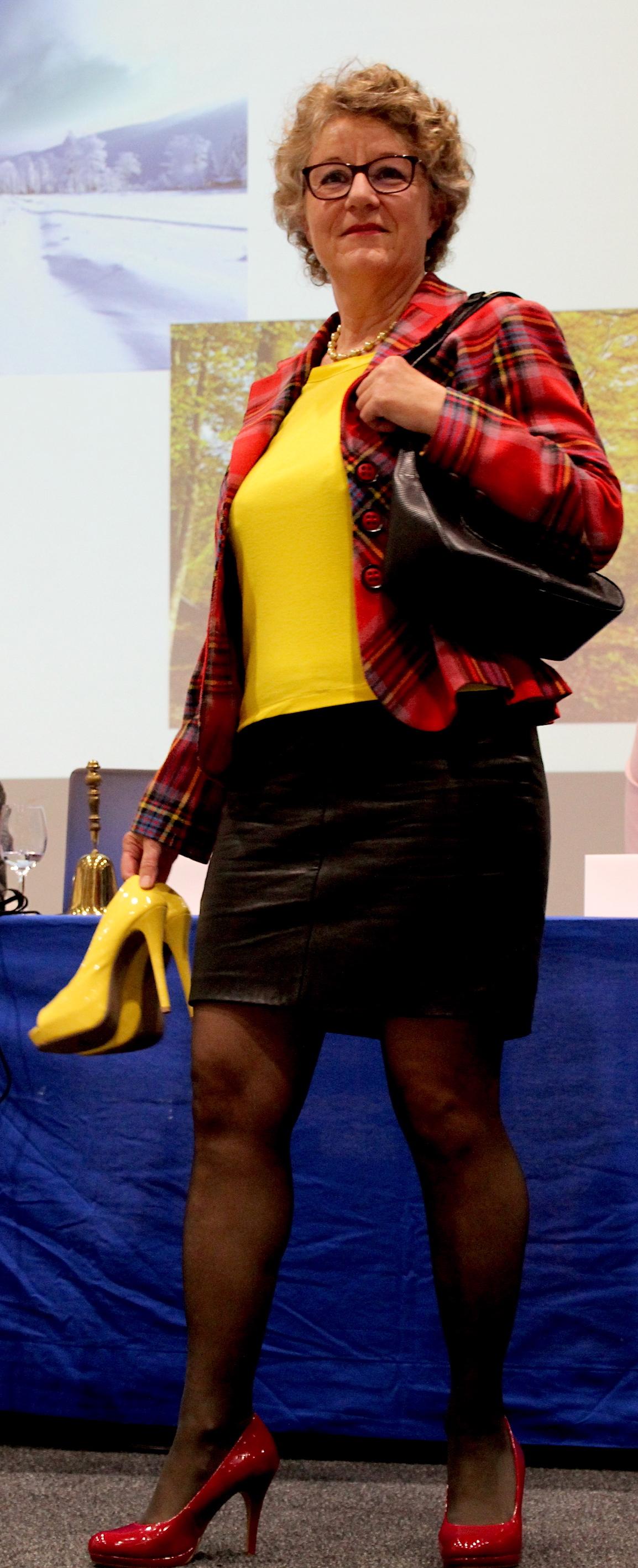 Elegant zum Schnäppchenpreis: Edith trägt eine Handtasche von Hugo Boss. Der Designer-Lederjupe kostete vor 15 Jahren fünf Franken und sitzt noch immer top.