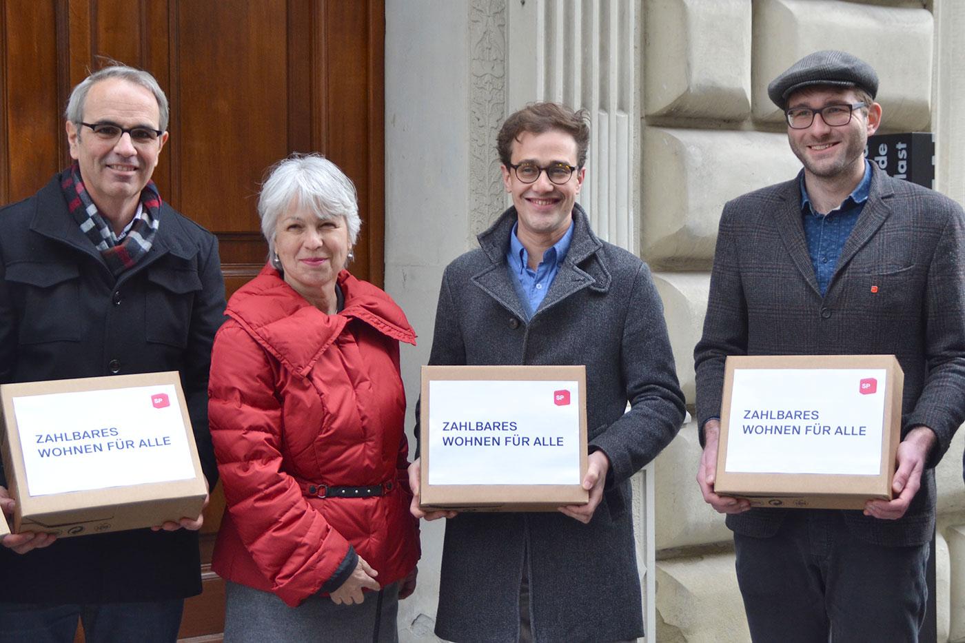 Die SP bei der Einreichung ihrer Initiative «zahlbares Wohnen für alle» im Februar 2016.
