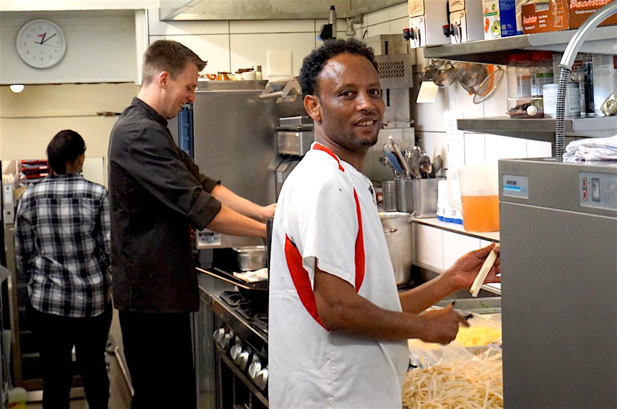 Hintsa Atsgeba beim Spargelrüsten in der Küche des «Gartenhaus 1313» in der Lindenstrasse.