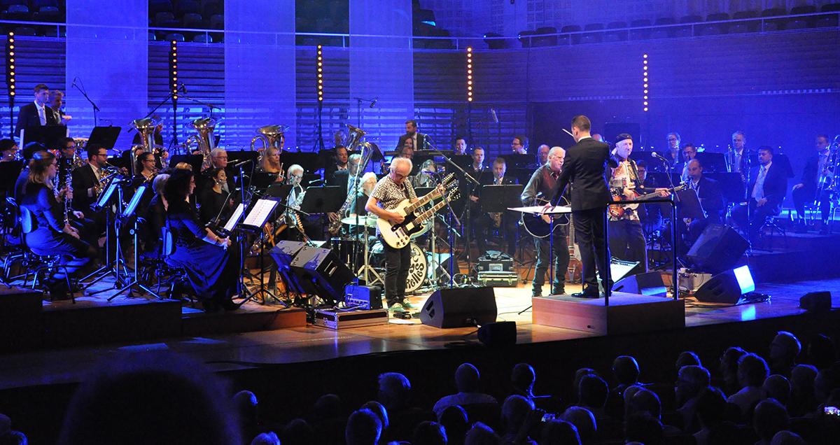 Im zweiten Teil wird die Rockband von Gian Walker dirigiert und einem Orchester begleitet.