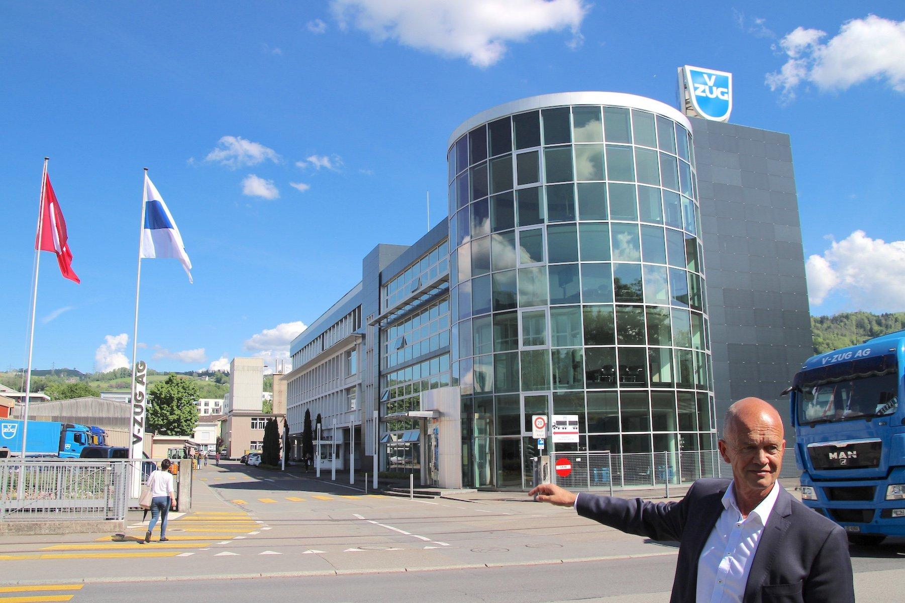 V-Zug-Chef Drik Hoffmann vor dem Eingang zum Fabrikgelände. In einigen Jahren stehen hier vollkommen andere Gebäude.