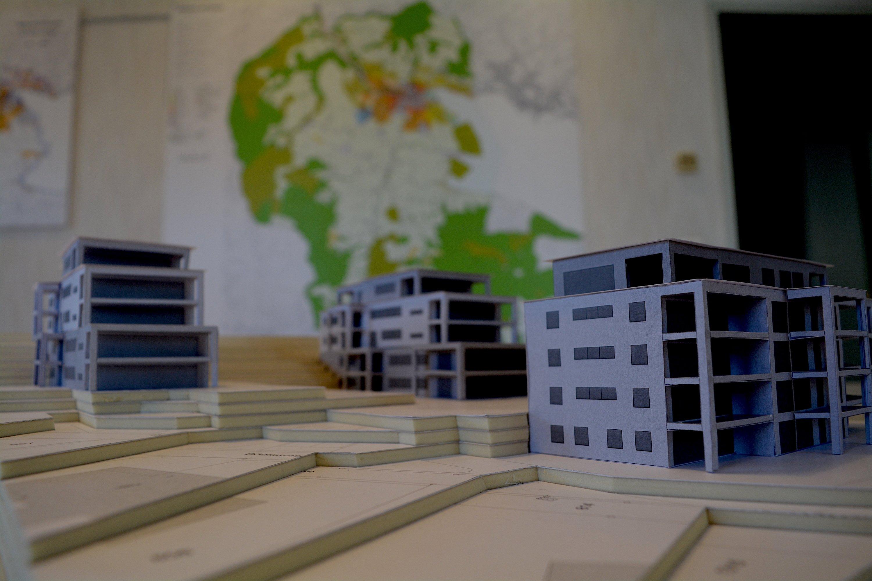 So sehen die drei geplanten Mehrfamilienhäuser im Modell aus.