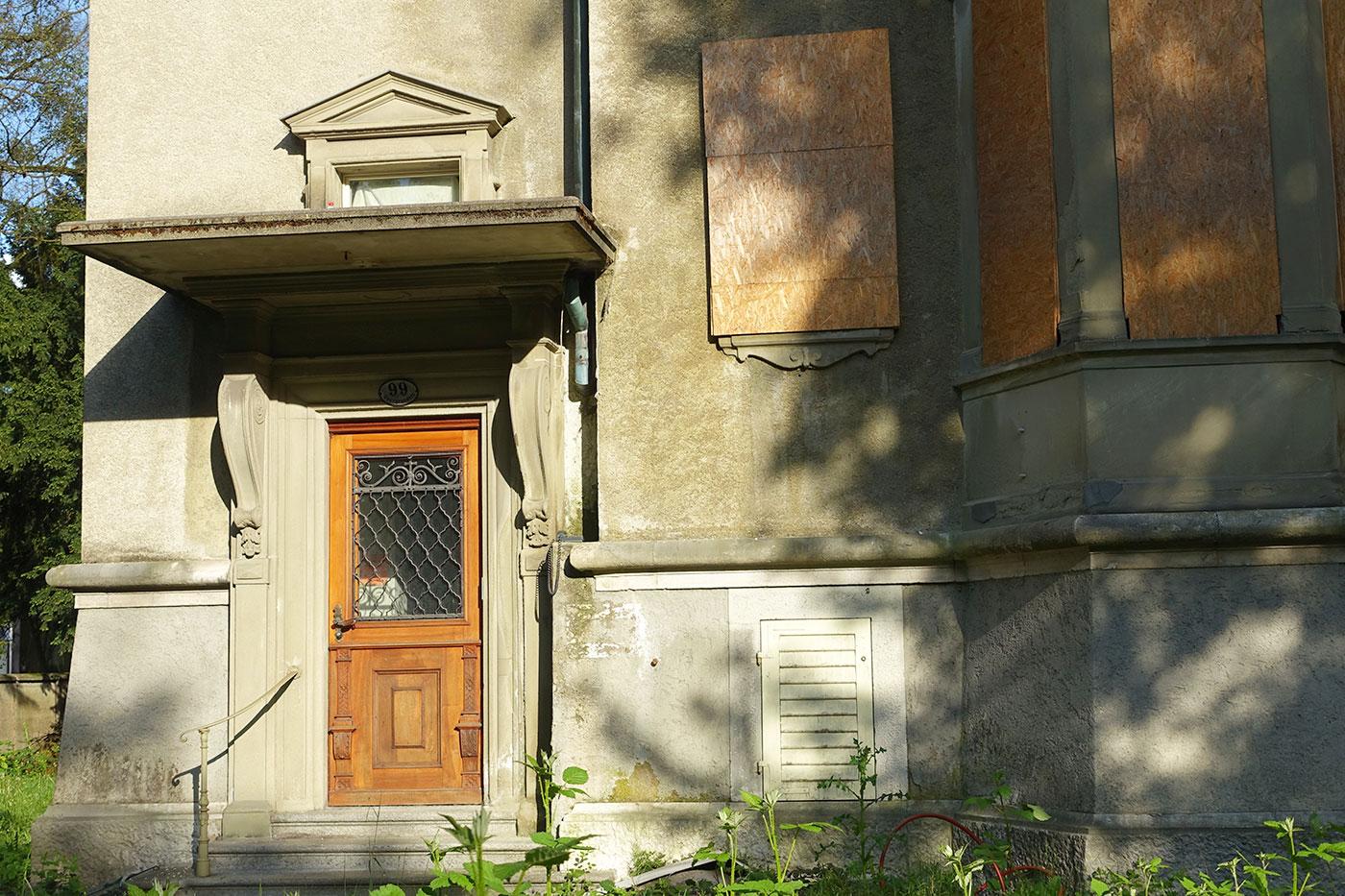 Eingang zur ehemals besetzten Villa an der Obergrundstrasse 99.