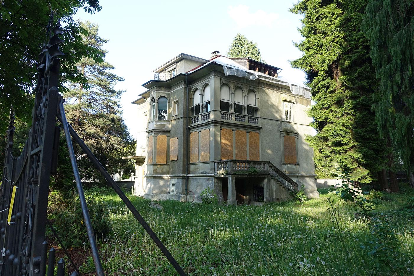 Zugebrettert und umwuchert wartet die Bodum-Villa an der Obergrundstrasse 99 auf ihr Schicksal.