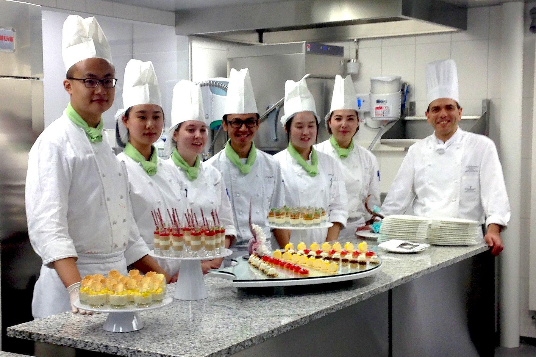 Die Patisserie und Chocolatiers in Ausbildung zusammen mit dem Chef Instruktor Fotos Kefalakis.