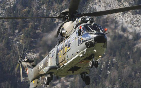 Ein Super-Puma der Schweizer Armee im Einsatz.
