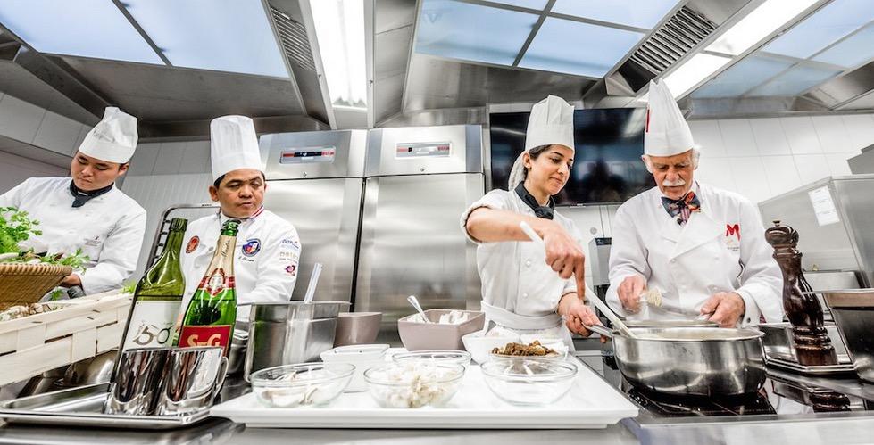 Gleich am ersten Tag wurde die künftige Backstube zur Küche umfunktioniert. Am Herd standen die Chefs Mosimann und Jangprai mit zwei Lehrlingen.