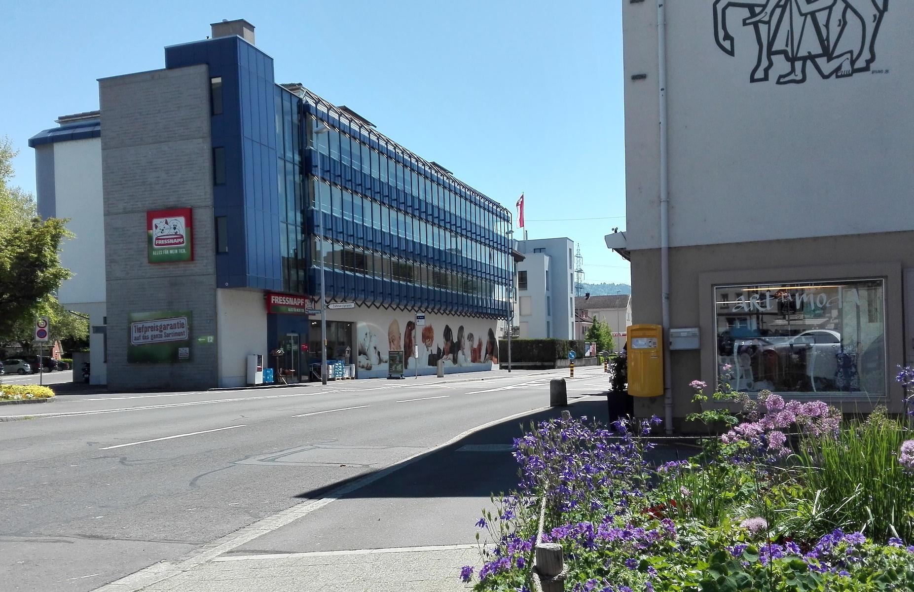 Früher Standort für einen Supermarkt, heute Tierfutterverkaufspunkt: Beim Baarer Ladenmix gibt's noch Verbesserungspotential.