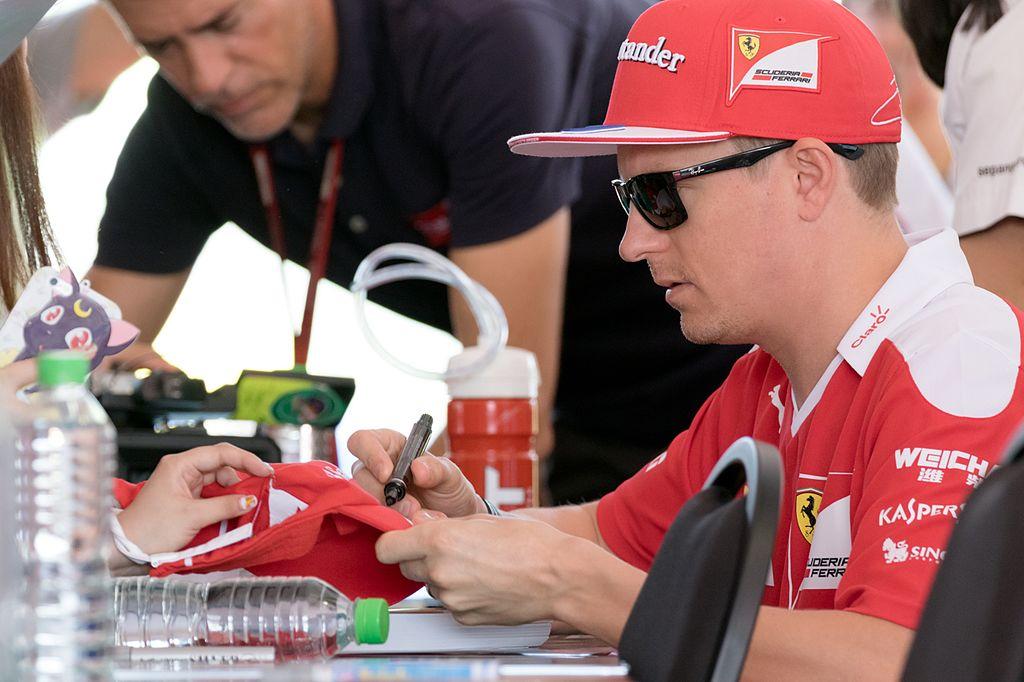 Kimi Räikkönen gibt Autogramme.