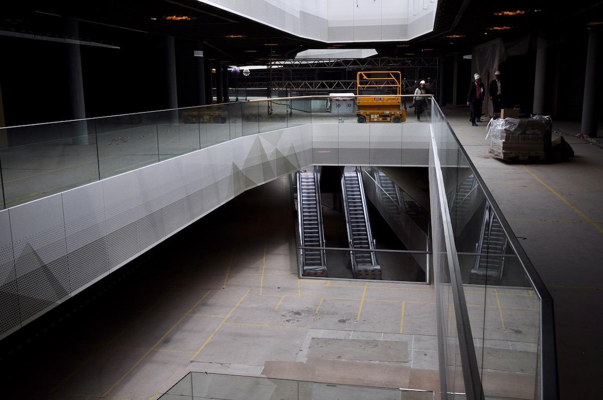 Per Rolltreppe geht's von unten nach oben.