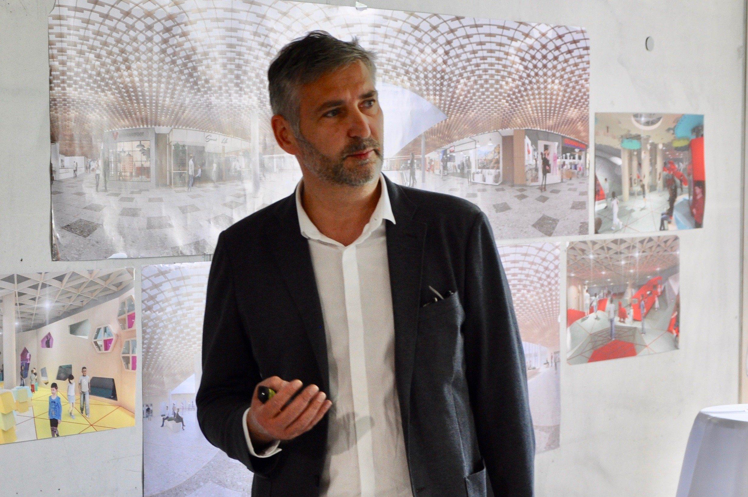 Innenarchitekt Richard Wörösch stellt das Gestaltungskonzept der Mall vor.