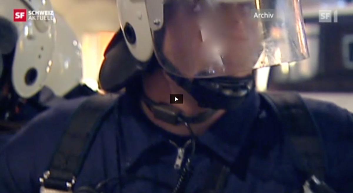 Auf SRF wird das Bild dieses Polizisten aus Bern unverpixelt in der Nahaufnahme wiedergegeben.