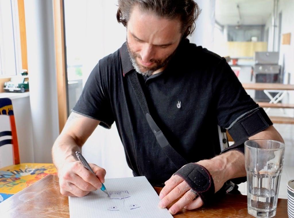 Mit ernster Miene zeichnet sich der Eishockeyspieler selber. Sein Ziel dabei: Sich möglichst sanftmütig darzustellen.