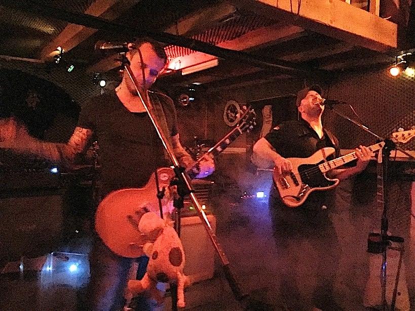 Tank im Schweinestall: Mats Huwyler an der Gitarre (links), Alex Fierz am Drum und Sänger Terry Tank (r.) am Bass.
