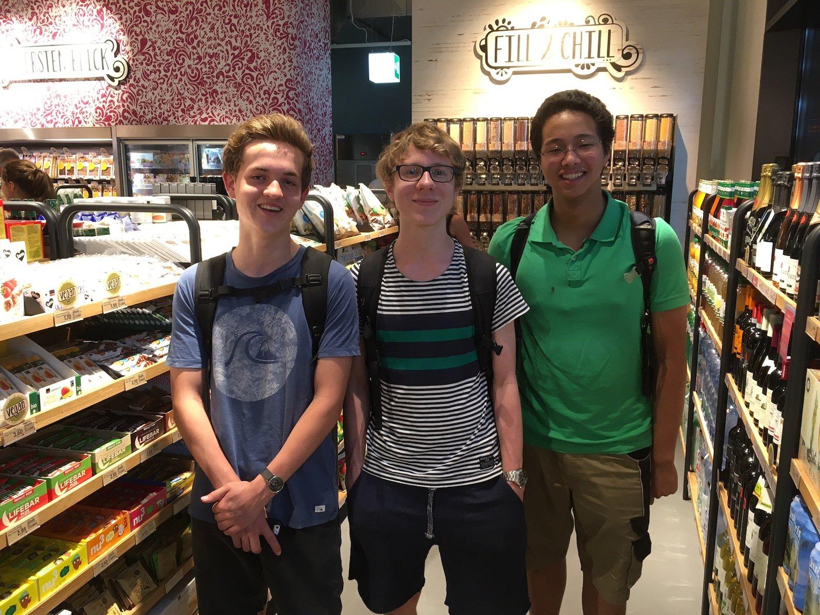 Fabian Braschle (Mitte) besichtigt mit seinen Kollegen von der Kanti Zug den neuen Laden.