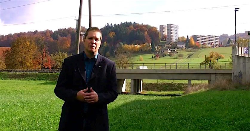 Peter With, Präsident der Stadtluzerner SVP, vor der 2005 realisierten Bahnunterführung. Unter diesem Bauwerk sollte irgendwann die Umfahrung Cheerstrasse durchführen. Im Hintergrund weiter oben zu sehen: Littau Dorf.