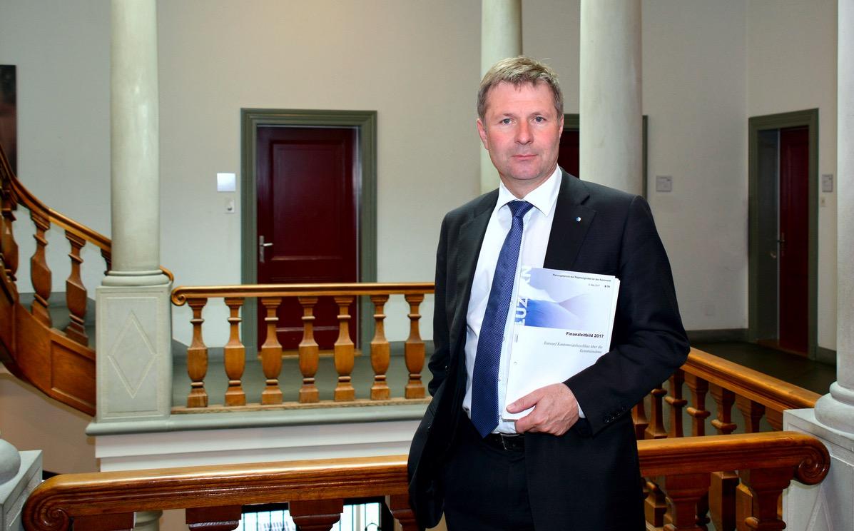 Regierungspräsident Marcel Schwerzmann mit dem Finanzleitbild 2017.