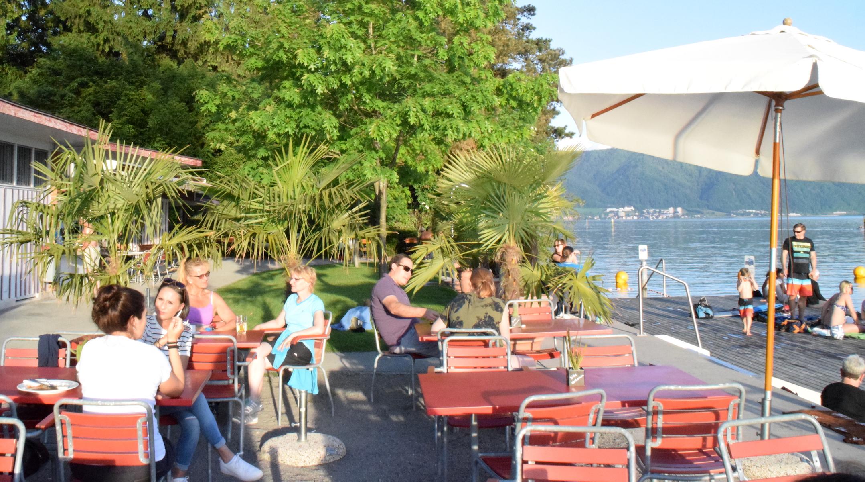 Zahlreiche Gäste geniessen in der Badi Hirsgarten in Cham den Sonnenuntergang.