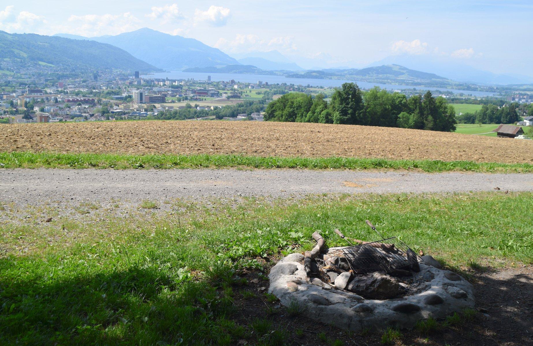 Feuerstelle am Rand des Schönbüelwalds oberhalb von Baar.