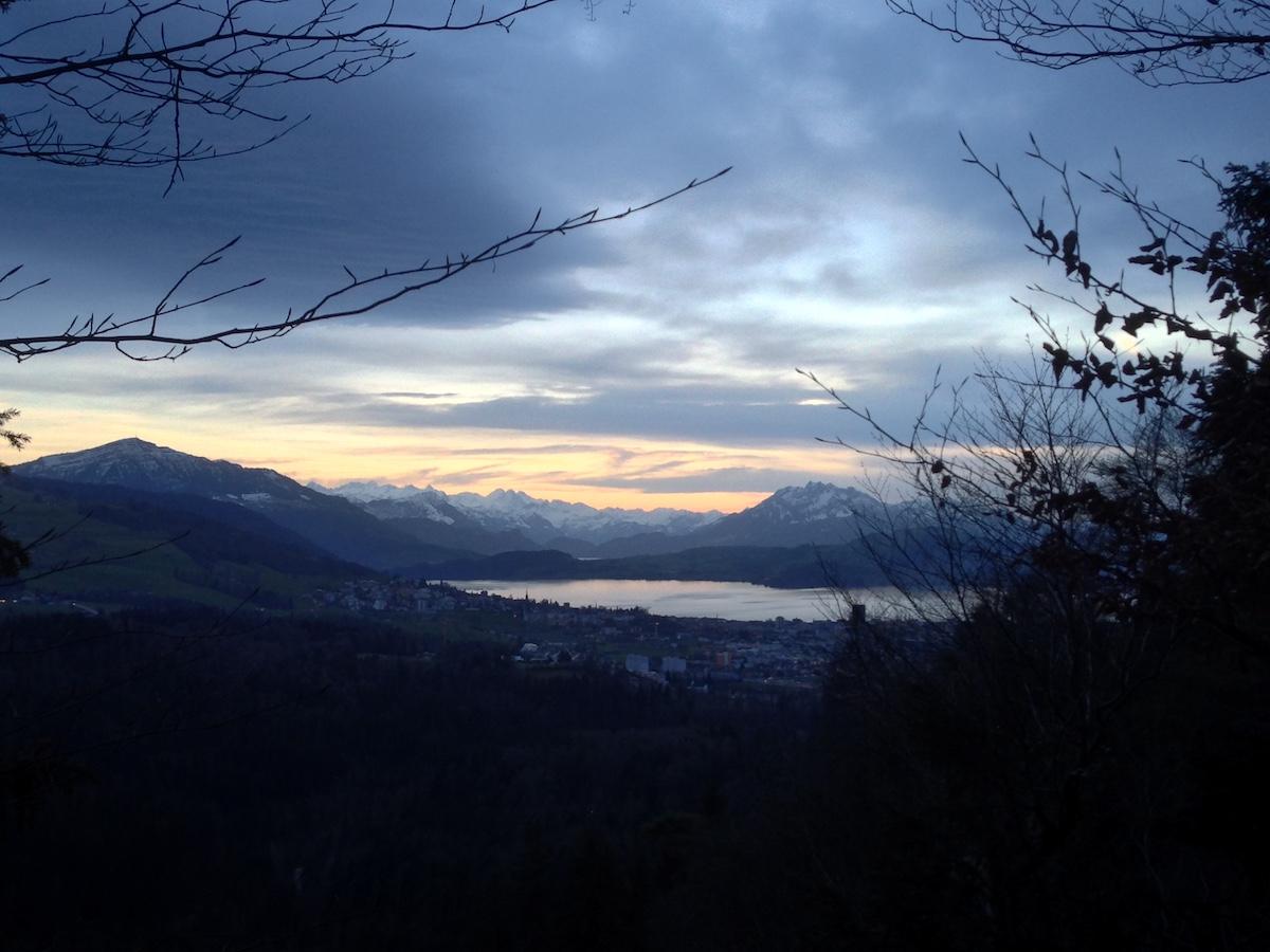 Die Aussicht von der Feuerstelle auf der Baarburg in Richtung Alpen ist toll.